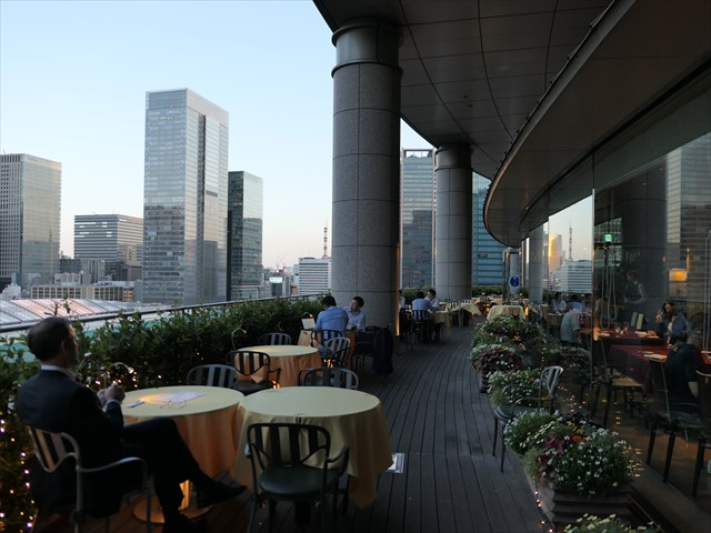 写真:低層の東京駅のため開放感がありかつ高層ビル街も見渡せる都会ならではの展望