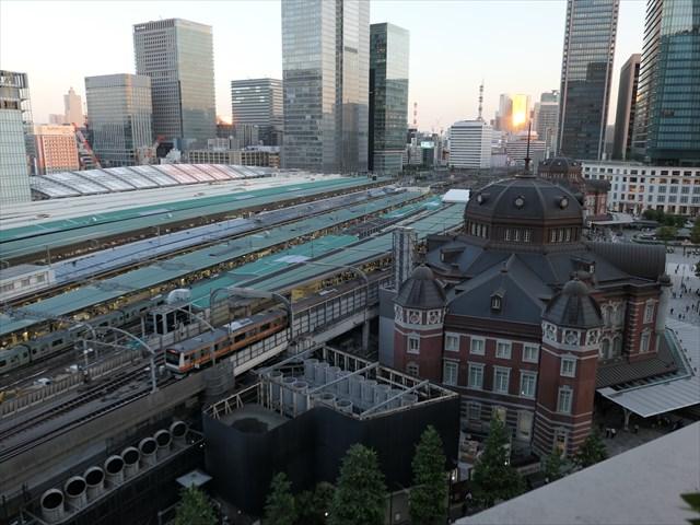 写真:眼下に広がる東京駅、丸の内駅舎の美しい屋根もくっきりと