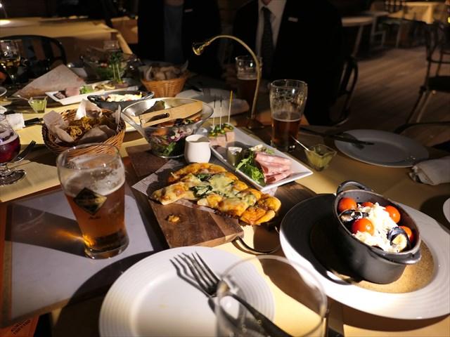 写真:テーブルの上はアーム付きのスリムなLEDライトが照らしてくれる