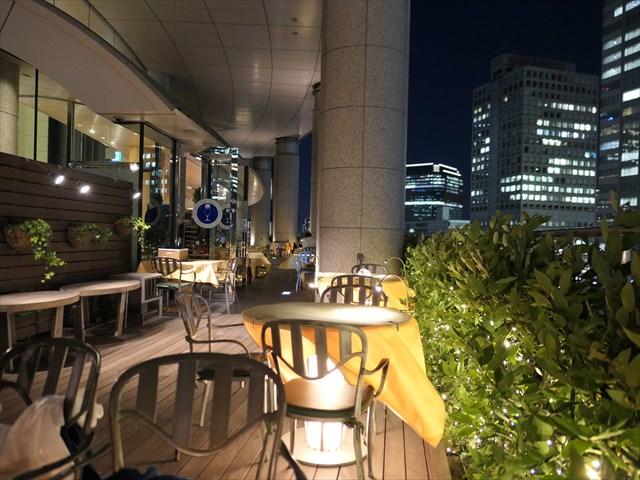 写真:丸テーブル自体が照明になっており黄色いクロス越しに柔らかい光を放つ