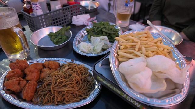 写真:枝豆に焼きそばに唐揚げ~今となってはむしろ懐かしい昭和風情漂うビアガーデンメニュー