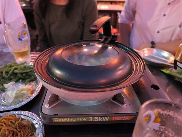 写真:今回は餃子食べ放題コース~少し焼いたら水を入れて蒸し焼きに