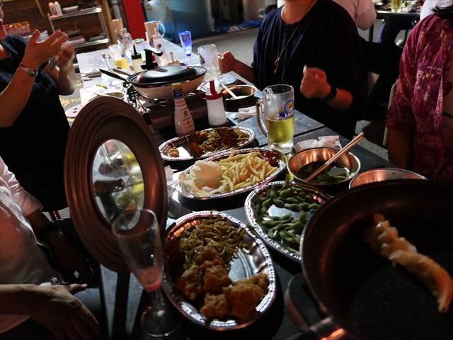 写真:次々と餃子を焼き、ビール・ハイボールをお替りしヒートアップするテーブル