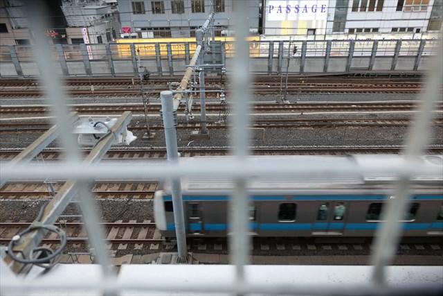 写真:すぐ下をJR線路が通っており山手線や京浜東北線、常磐線が行きかう