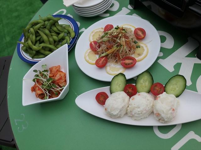 写真:ポテトサラダや春雨など冷菜いろいろ