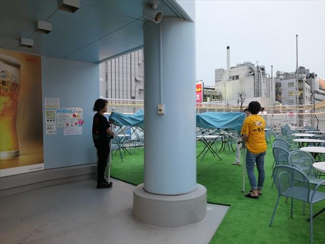 写真:雨が降ってきてもテントがすぐに用意される